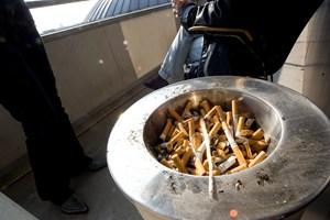 Ikke-rygere føler sig snydt, når kolleger igen smutter ud for at tænde en cigaret i arbejdstiden, vurderer forsker