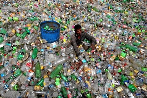 Kina vil ikke længere modtage klodens plastikaffald. Tiden er inde til, at Danmark opstiller mål for emballage og affald af plast, mener Dansk Affaldsforening.