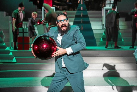 Efter 10 år som Hr. Skæg springer Mikkel Lomborg ud som musicalstjerne i Tivoli, men det går ud over familien.