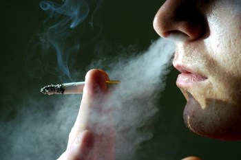 Lægeforeningen vil også forbyde rygning uden for skolens matrikel. Nogle kommuner har allerede gjort det.
