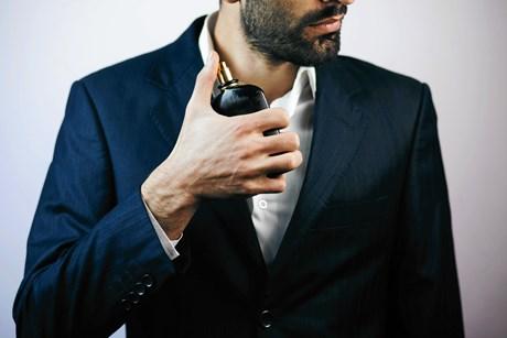 Du kan med fordel sprøjte parfume på dit tøj frem for på huden for at mindske risikoen for parfumeallergi, lyder et af rådene fra to allergieksperter.