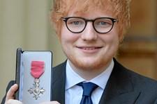 Den 26-årige engelske sanger Ed Sheeran har fået overrakt en britisk orden for sit bidrag til musikken og velgørenhed.