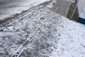 Skulle en person komme til skade på fortovet foran dit hus, når du ikke har fået saltet for sne og is, så dækker din husforsikring en mulig erstatning.