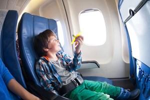 Larmende børn kan være en bekymring forud for den lange flyrejse. Få eksperternes råd til at gøre det til en god oplevelse for alle.