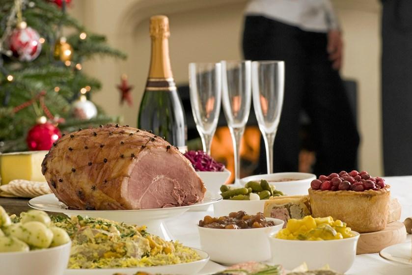 Lad være med at røre ved maden, og sørg for at skifte tallerken mellem portioner, så er du med til at undgå at smitte dine kollegaer til julefrokosten.