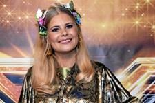 Hos den højgravide X Factor-værtinde rundes juleaften af med hjemmevideoer fra barndommen.