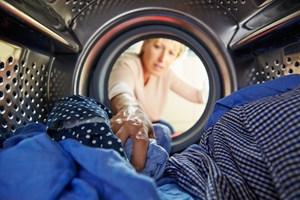 Du risikerer både misfarvning, slidt tøj og unødvendigt slid på både vasketøj og maskine, hvis ikke du vælger den rigtige sæbe.