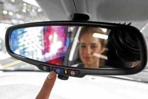 Mange bilejere vælger at få installeret et gratis overvågningssystem i bilerne. FDM råder til at være varsom.