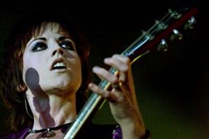 Dolores O'Riordan, der er kendt som forsanger for The Cranberries, er gået bort i en alder af 46.