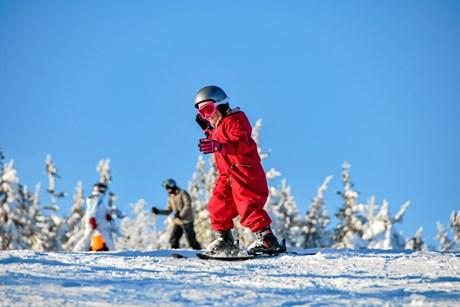 Foruden sikkerhedsudstyr har børn brug for undervisning og viden om god adfærd på bjerget, når de står på ski.