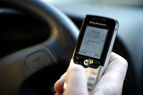 Et flertal er blevet enige om, at brug af mobil under kørsel skal koste både en bøde og et klip i kørekortet.