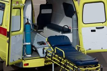 En ældre mand er bevidstløs, efter at en bil lørdag formiddag kørte i havnen i Hirtshals.