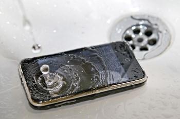 Det gælder om at tørre telefonen hurtigst muligt, fordi vandet skaber kortslutninger, som kan give defekter eller ødelægge mobilen fuldstændig.