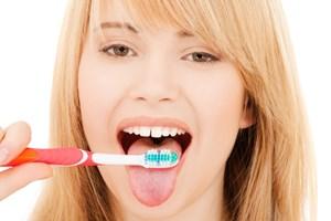 En grov og fiberholdig kost kan sammen med hyppig tandbørstning af både tænder og tunge være med til at bekæmpe din dårlige ånde.