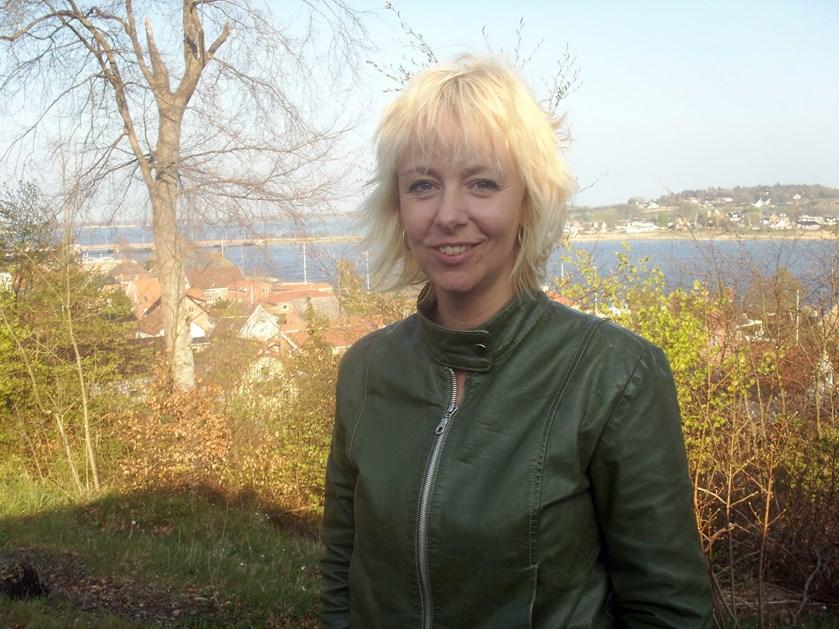 """Puk Elgård, der er ny vært på """"Nybyggerne"""", er kendt for sine kække bemærkninger og gode humør. Lørdag den 3. februar fylder hun 50 år."""