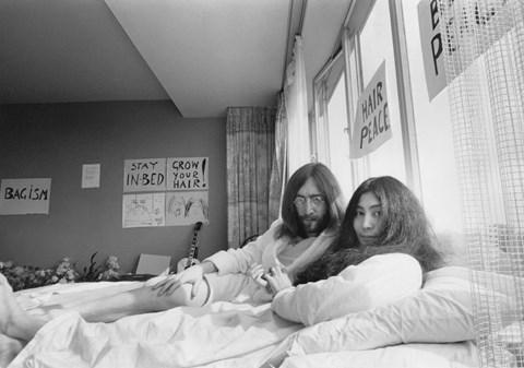Hun er for alvor kendt som enke til musikeren John Lennon. Men Yoko Ono har en lang karriere i kunstens verden og fortsætter med at skubbe til kunstens grænser.
