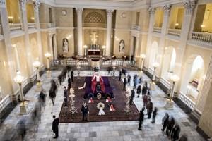 Bisættelsen bliver en mindre ceremoni for omtrent 60 indbudte. Her er et overblik over, hvordan den foregår.