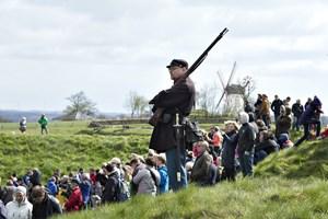 Op mod 100 historiske møller markerer bisættelsen af prins Henrik ved at stille vingerne i korsstilling.