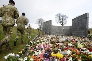 Hilsner til prins Henrik viderebringes til kongefamilien, mens blomsterbuketter ærer faldne soldater.