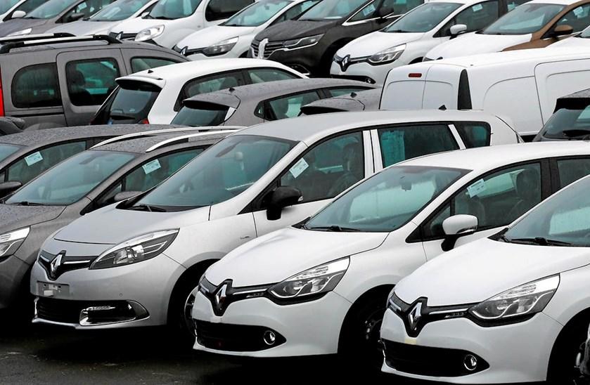 Renault har forpligtet sig til at indkalde 15.000 biler for at justere dem korrekt, siger minister.