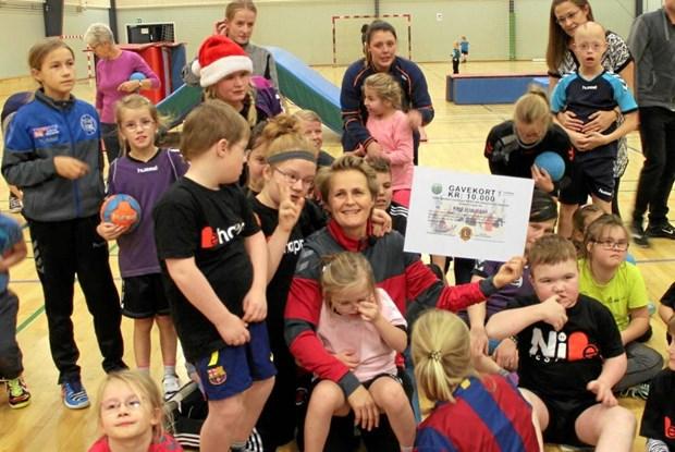 Lions Club Klarup støtter Rikkes arbejde med Kidz håndbold | Nordjyske.dk