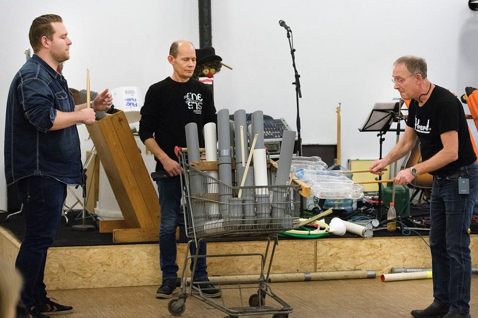 Gruppen P/J Genbrug har specialiseret sig i at spille på stort set alt andet end normale instrumenter.Foto: Peter Mørk