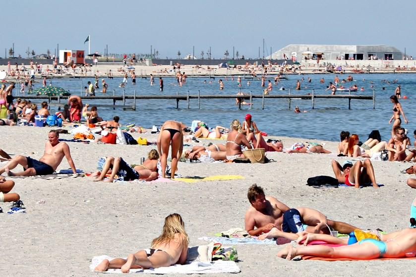 Danskerne er blevet bedre til at smøre sig ind i solcreme, men mange smører stadig alt for lidt på.