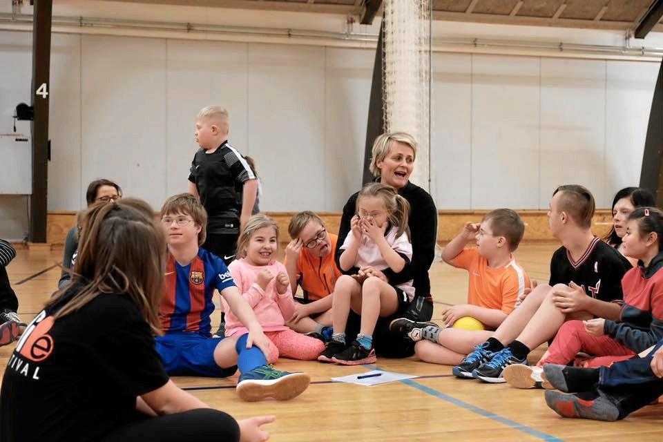 Håndboldholdet Kidz består af udviklingshæmmede børn, der hver uge valfarter til Gistrup for at træne under Rikke Nielsen. Privatfoto