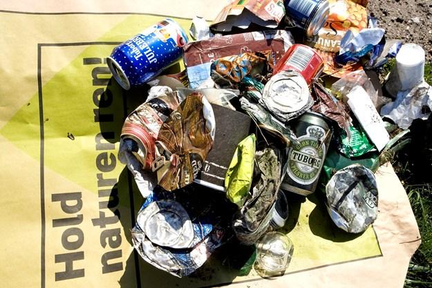 Sære fund i affaldsindsamling: Pink dildo og hash