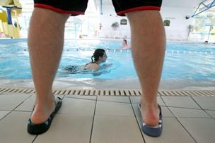 Blufærdige badegæster dropper obligatorisk brusebad