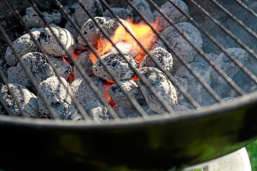 Bøfferne syder på grillen, ungerne glæder sig til de smagfulde pølser, og der bliver lavet salat i køkkenet