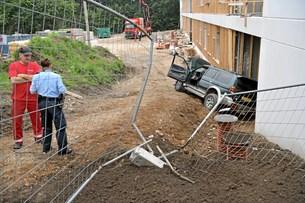Bilist ramte byggeplads