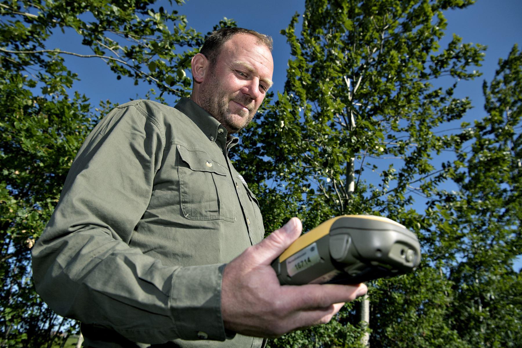 Jordbrugskontrollør Jens Christian Jensen holder øje med økologi, medicinforbrug, dyrevelfærd og meget andet