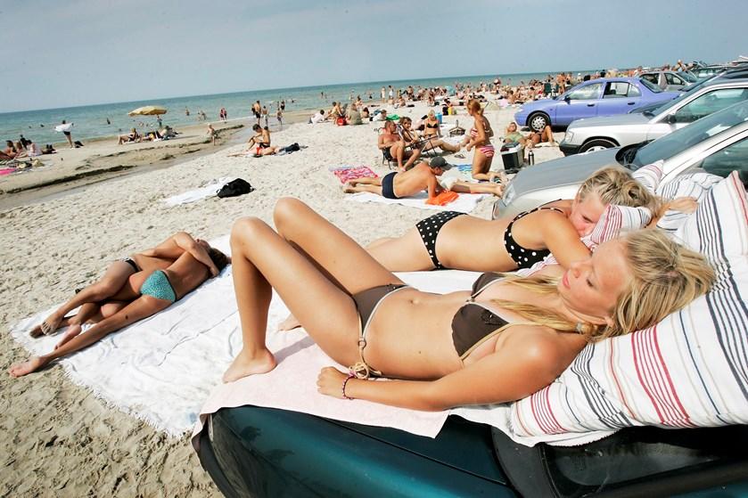 Selv om solcremen klistrer på din hud, solhatten afværger strålerne for hovedbunden, og du har siddet i skyggen det meste af dagen, så er din hud stadig rødlig og øm.