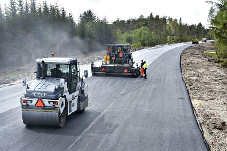 Derfor skal asfalten skiftes midt i ferietrafikken