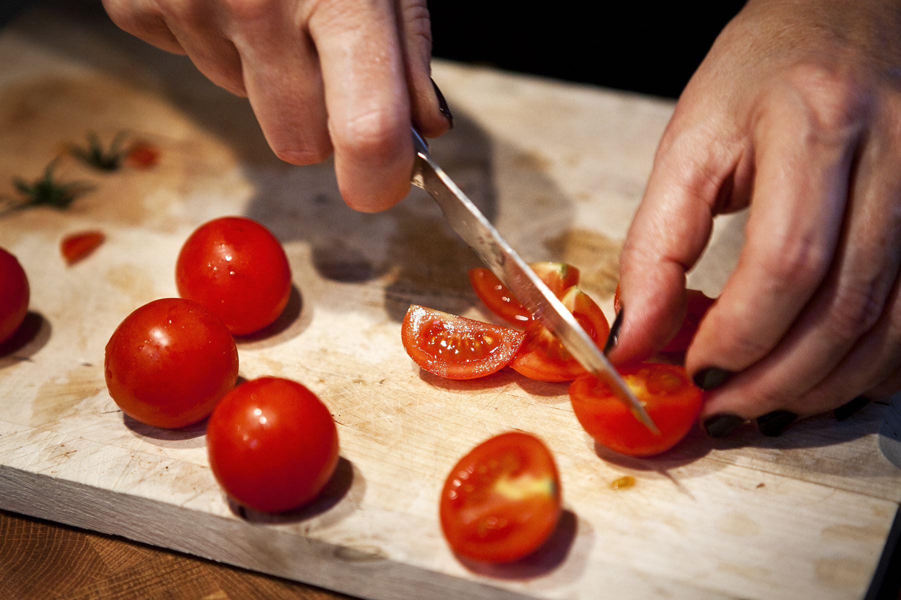 Rester fra madlavningen kan nemt gemmes og bruges senere. Det gælder både råvarer og middagsrester. Læs her, hvordan.