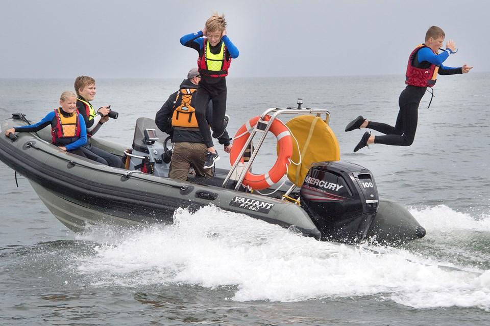For mange af deltagerne på campen er den mest grænseoverskridende aktivitet at springe ud fra en speedbåd i fuld fart.Foto: Peter Mørk