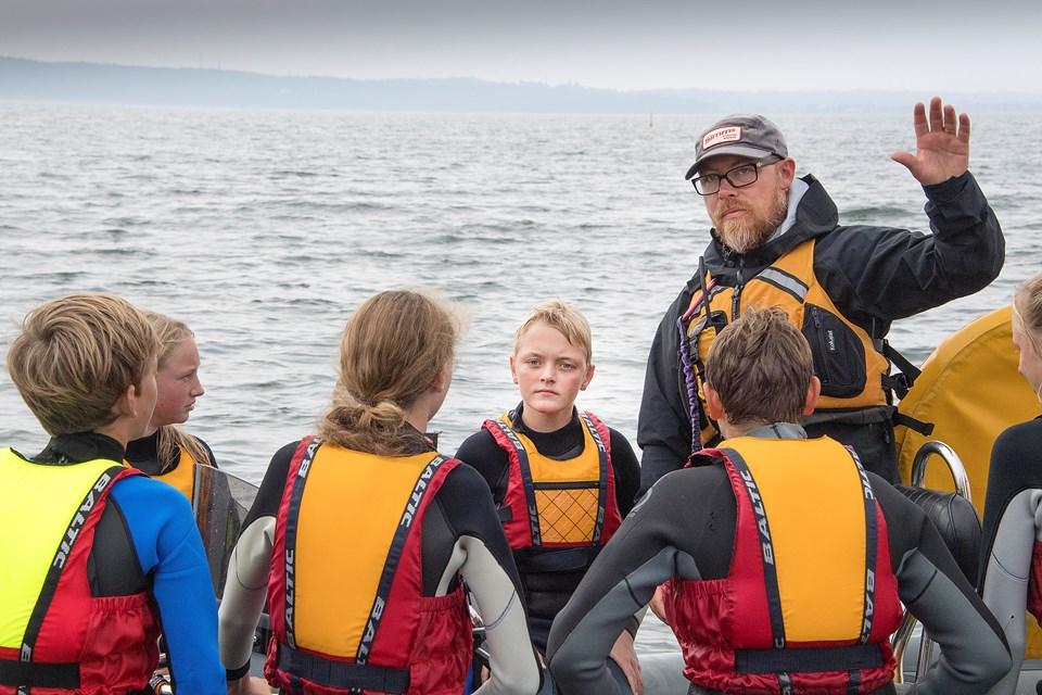 SUP boards, grønlænderkajakker, water-birds, bananbåde, tubes og speedbåde er blot nogle af de vandfaciliteter, de 43 unge har mulighed for at prøve på Ungdomsskolen Mors' Summer Camp.  De otte vandinstruktører guider deltagerne i alle discipliner.Foto: Peter Mørk