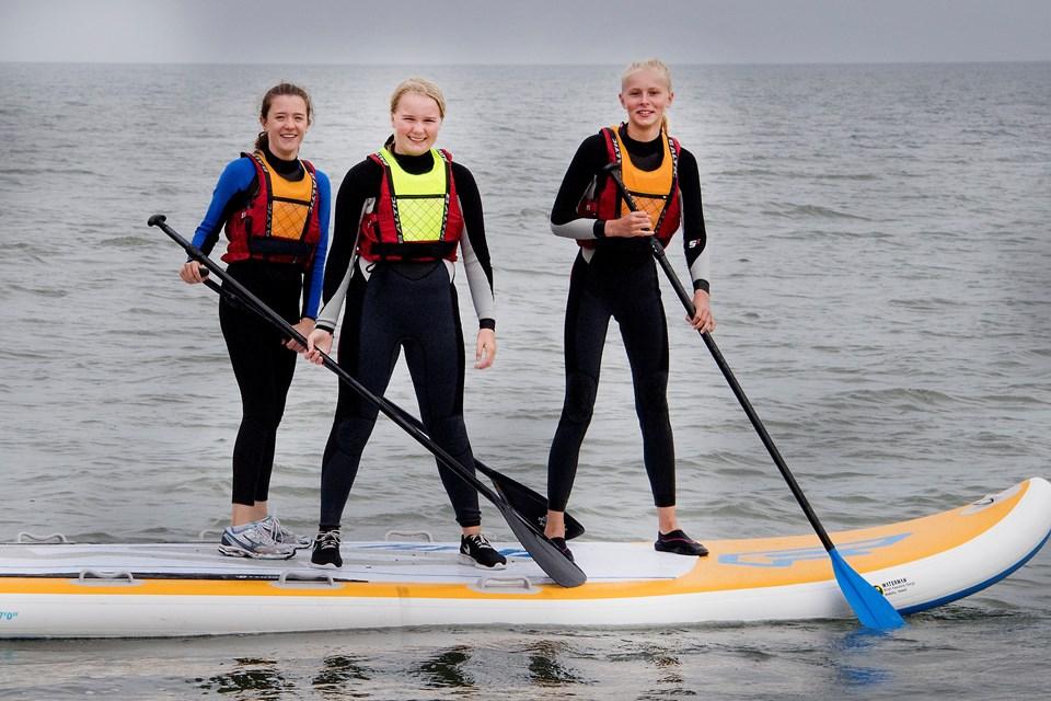 Marie Urth, Josefine Mikkelsen og Emma Lumbye prøver kræfter med det store SUP board.Foto: Peter Mørk