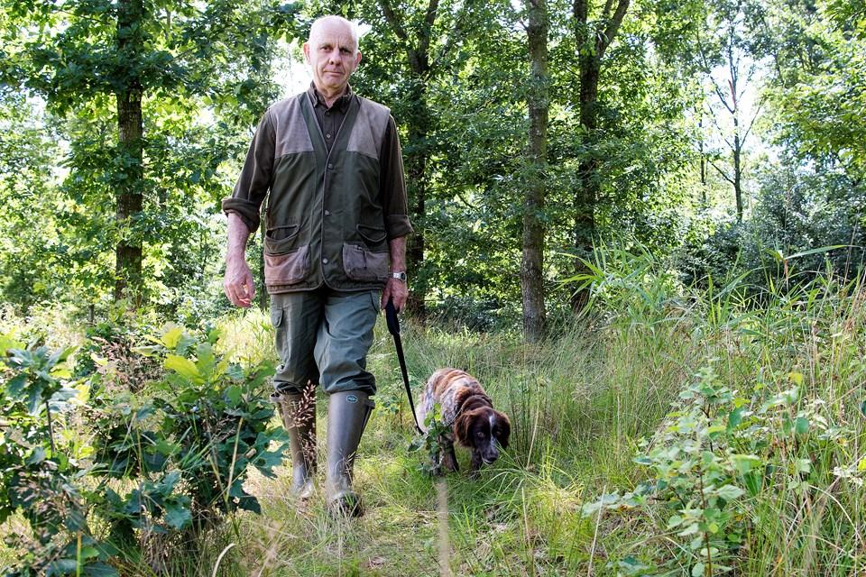 Der er ingen stier i det lille stykke skov ved rundkørslen på Næssundvej, og få kommer der, så det var først, da Hans Ole Hansesgaard og hunden Ami 25. juli gik tur gennem området, at liget af en ung mand, der havde ligget der længe, blev opdaget. Foto: Andreas Falck