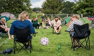 På besøg i festival campen