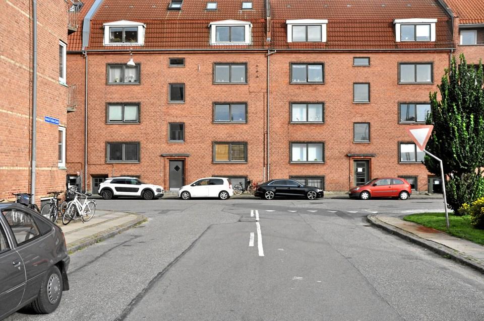 Ifølge færdselsloven er det forbudt at parkere i den såkaldte 'overligger' i T-kryds. Med opstribning af et parkeringsbånd i området, bliver parkering i T-Krydsets overliggere fremover lovlig. Foto: Aalborg Kommune