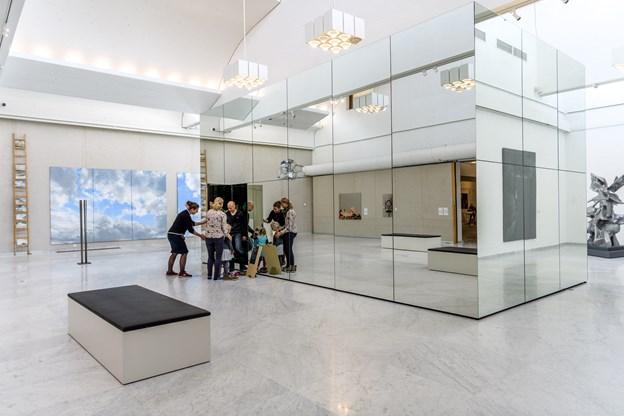 Glasterningen er skabt af kunstneren Thilo Frank, og han inviterer indenfor i kuben og til en tur i en ophængt gynge inde i selve kunstværket. Foto: Nicolas Cho Meier