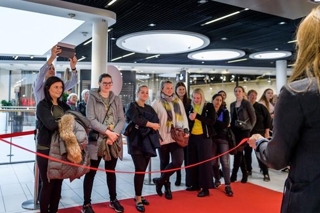 Hundreder i kø til åbning af H&M
