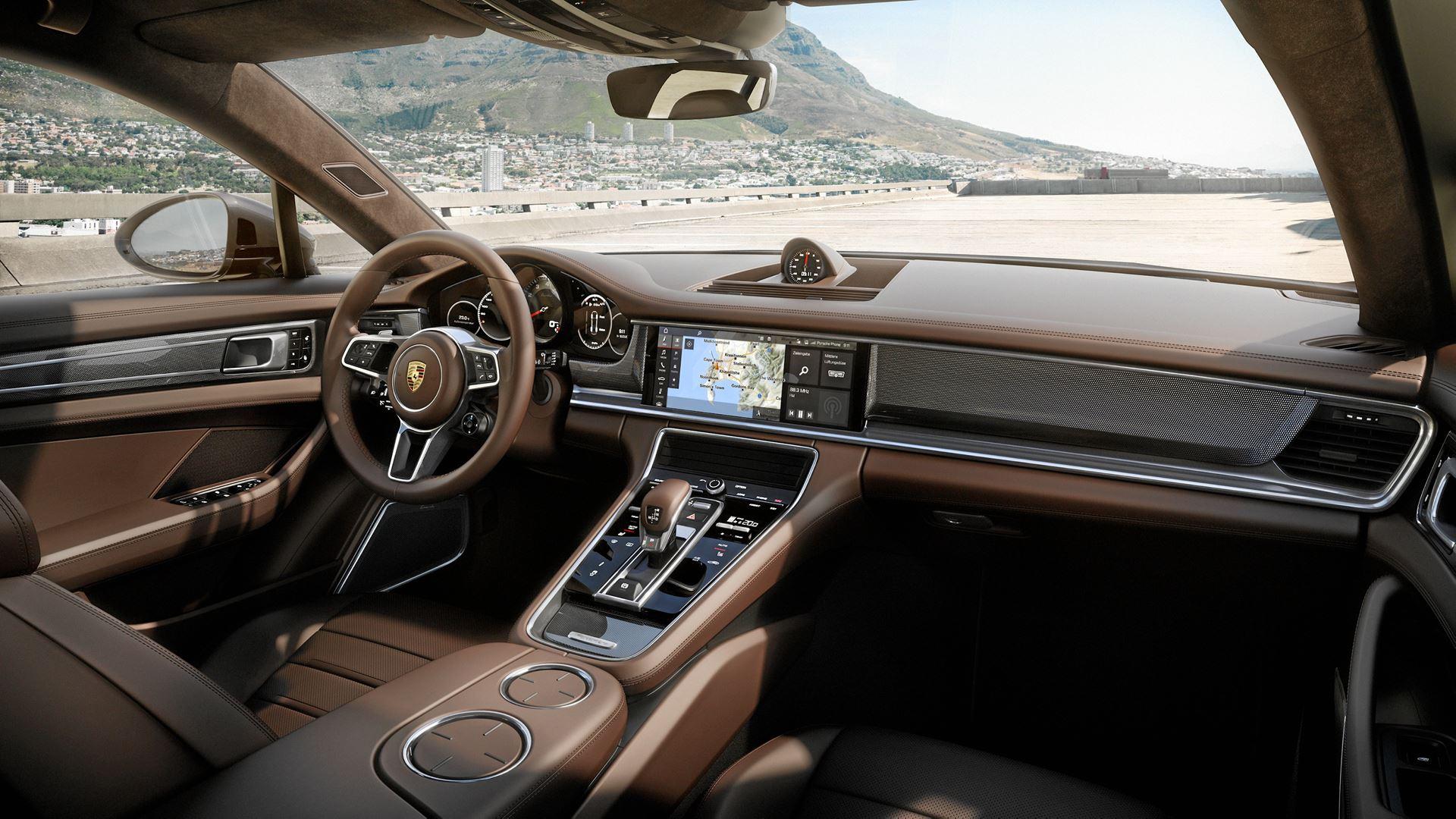 Porsche er klar med en ny variant af den luksuriøse familiebil, der er blevet lidt mere praktisk. Og med et nødsæde har den nu plads til fem personer