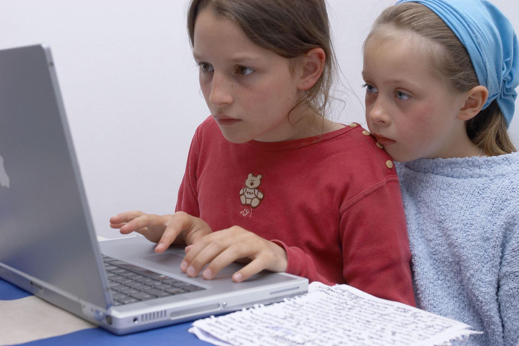 Dine børn er aldrig mere end to klik fra en pornofilm. Det er derfor vigtigt at forklare dit barn, hvad sådan en film egentligt er.