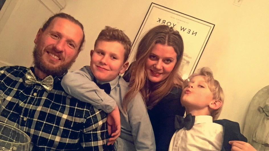 Familie holder jul for ensomme