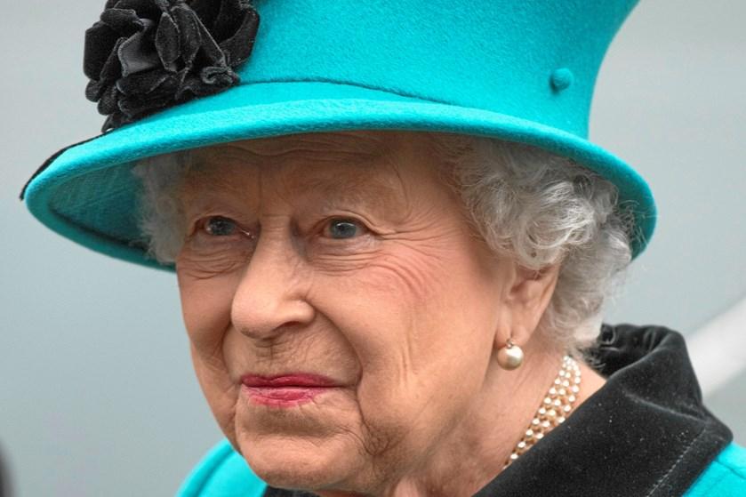 Da den kun 18-årige Julie Harding kom til skade til søs, fik hun en helt særlig behandling af dronning Elizabeth.