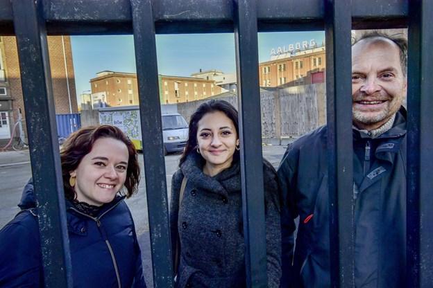 Vanessa Santos (t.v.), Camilla Orlandi og Jens Kruhøffer lover, at porten på hjørnet af Strandvejen og C.A. Olesens Gade åbner, når BoxTown er klar med bl.a. lokalt producerede råvarer og street food.