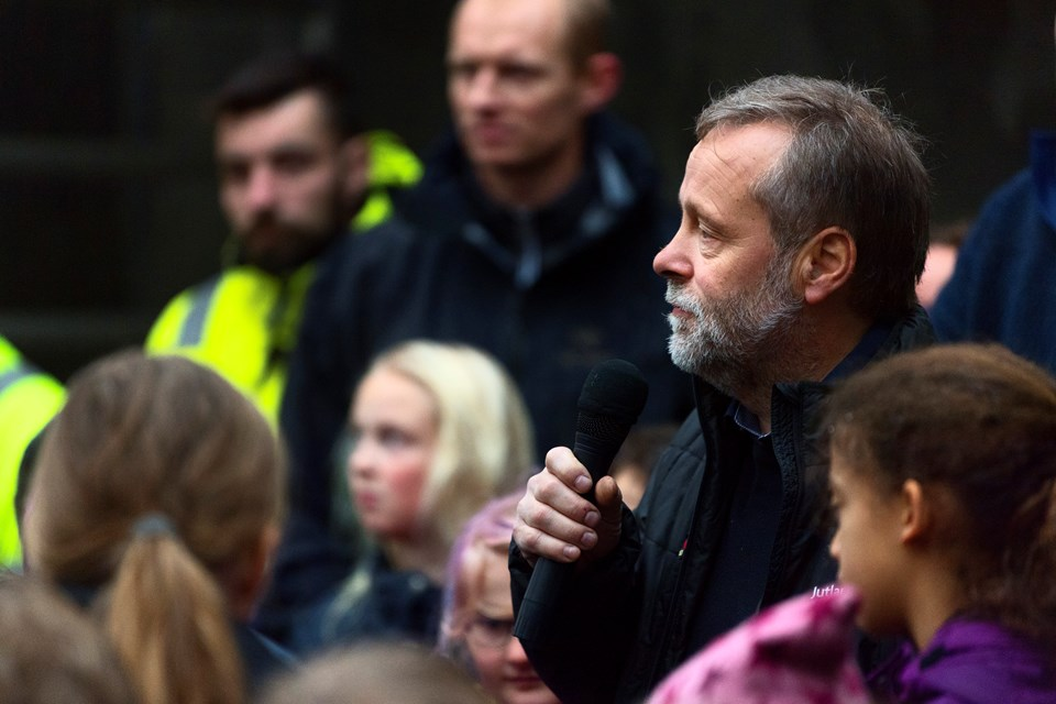 Udvalgsformand Svend Madsen (V) holdt en tale, men regnens trommen på taget gjorde det svært at høre den.